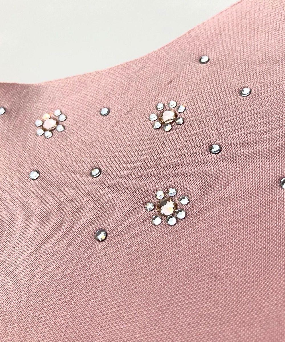 サーモンピンクマスクのお花モチーフの真ん中には淡いピンクのストーンが配置されてます。