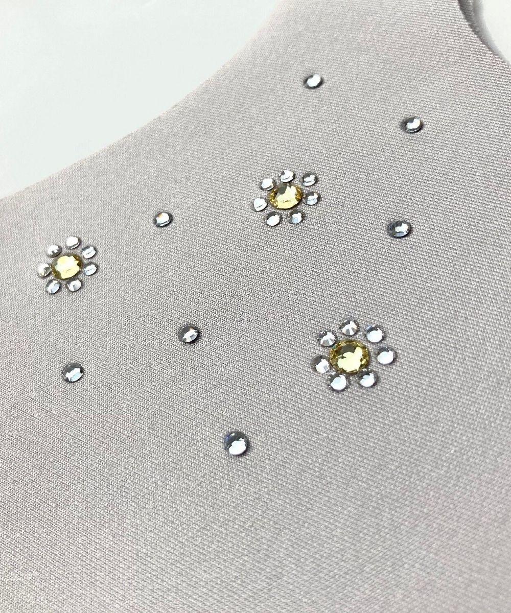 ライトグレーマスクもお花モチーフの真ん中には淡いイエローのストーンが配置されてます。